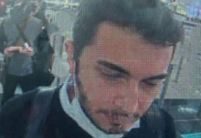 Een bewakingscamera maakte beelden van Thodex-oprichter Faruk Fatih Ozer aan de paspoortcontrole in de luchthaven van Istanbul.