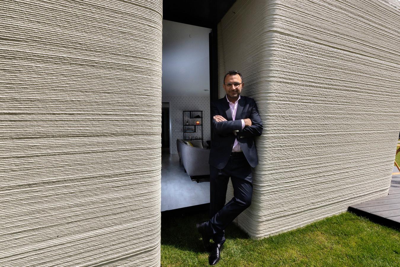 Wethouder Yasin Torunoglu bij 3D-geprinte betonnen woning aan de Bosuil in Meerhoven, Eindhoven.