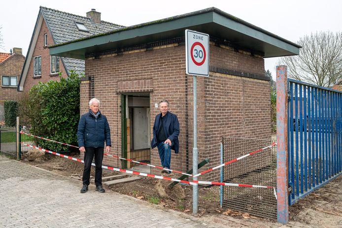 Dorpsbewoner Erik Helfferich (rechts) bij het voormalige stroomhuisje van de PGEM in Heteren. Pogingen het monumentale pandje te redden zijn mislukt.