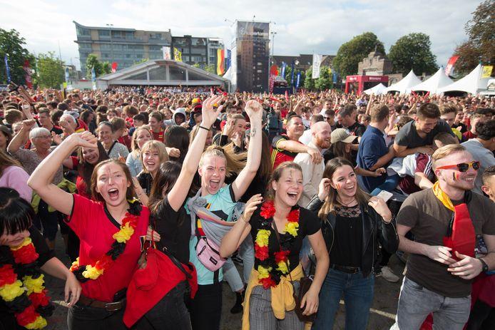 Een feest in groep, zoals hier op het Kolonel Dusartplein in Hasselt tijdens het WK van 2018, zit er in juni nog niet in. De vreugde bij een overwinning zal er echter niet minder op zijn.