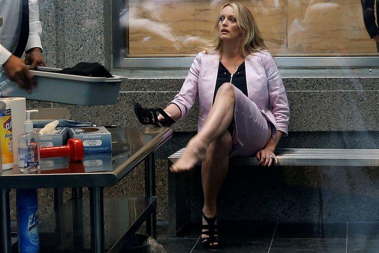 Na een screening door de beveiliging doet Stephanie Clifford haar schoenen weer aan.