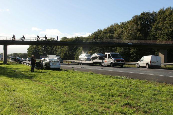 De rijstrook bij Rijssen ligt bezaait met brokstukken na een aanrijding tussen meerdere voertuigen