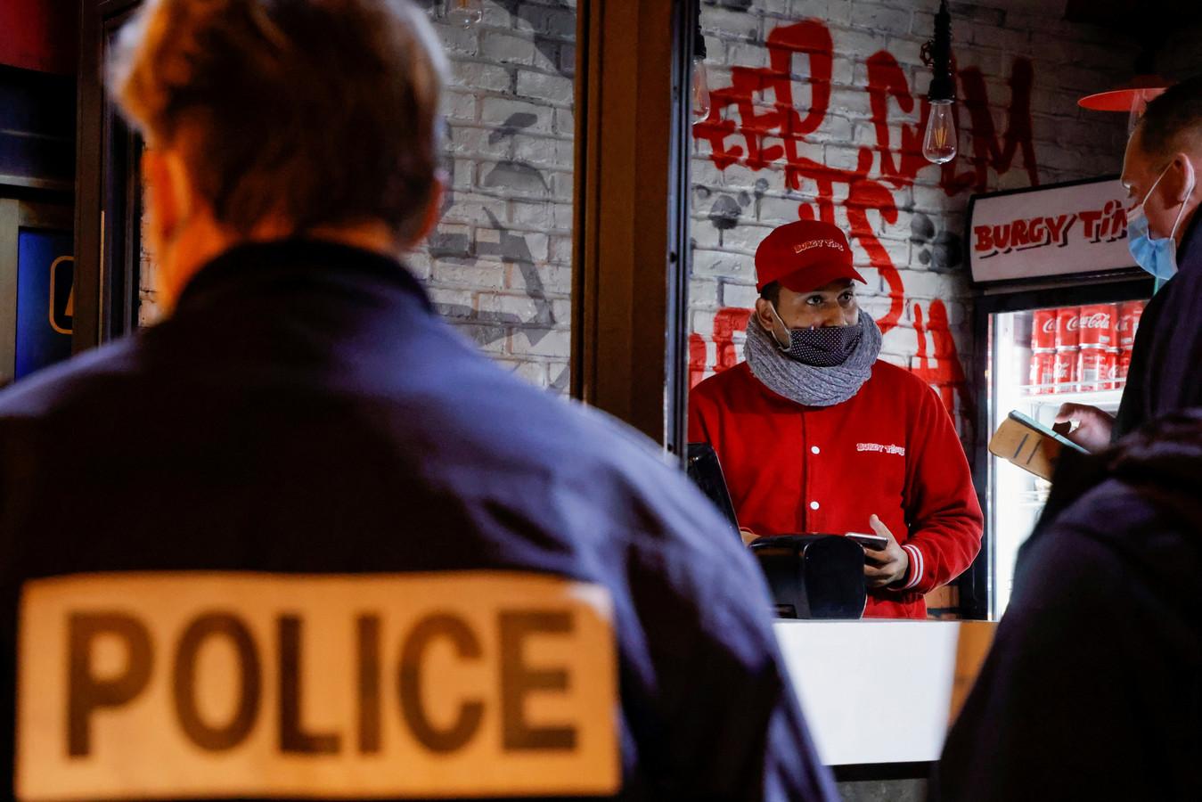 Franse agenten controleren een afhaalzaak.