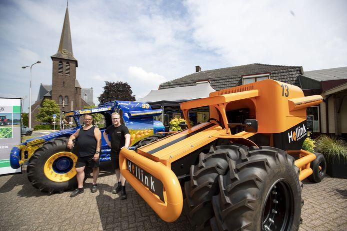 Nieuwe landbouwvoertuigen markeren zaterdag in Sint Isidorushoeve het overleg over de doorstart van het raceseizoen met combines. De bestuurders Frank Leurink (rechts) en Remi Hollink poseren trots bij hun combines.