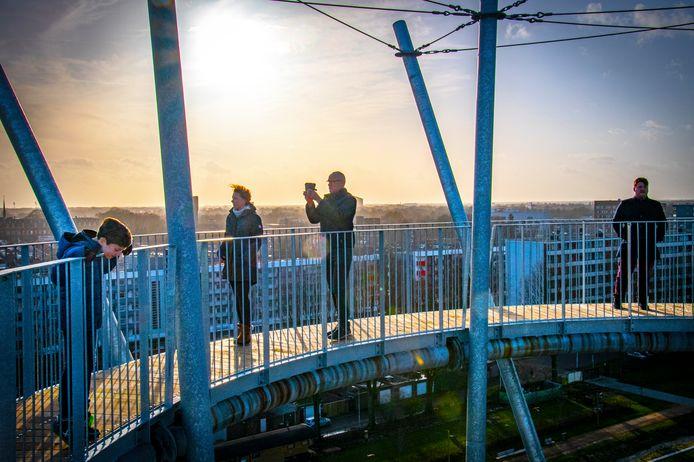 Meer dan 200 bezoekers konden zondag ondanks het slechte weer en stevige rukwinden de verleiding niet weerstaan om de 192 treden van de Kempentoren in het Spoorpark te beklimmen. En ja: de toren wiebelt. Dat hoort zo.