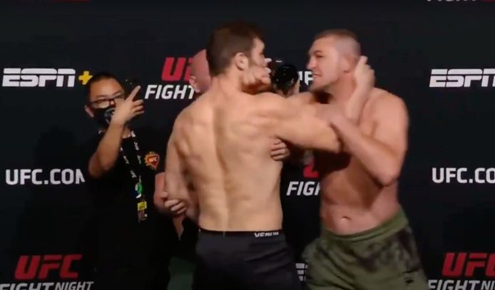 Ion Cutelaba (links) grijpt Dustin Jacoby  bij de nek (rechts)