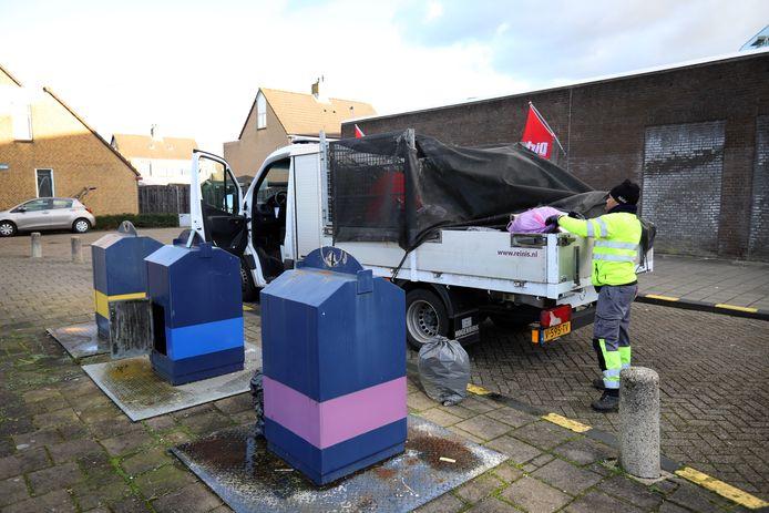 Reinis krijgt nu eerder een melding als een ondergrondse container bomvol zit, zoals hier aan de Rozemarijndonk bij de Dirk in Spijkenisse.