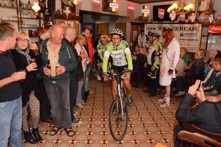Elk jaar werd een wielerwedstrijd georganiseerd waarvan het parcours dwars door het café liep.