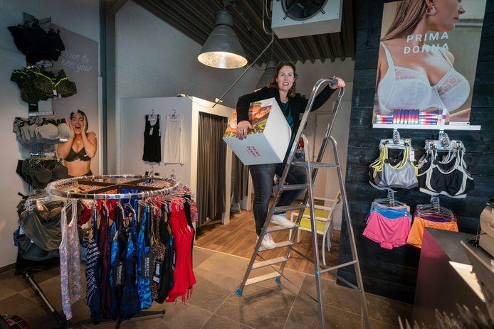 """Sheron Oosterhof is druk bezig met de inrichting van haar showroom in Bemmel. ,,Ik wil dat een bezoek aan XL Lingerie echt een beleving wordt."""""""