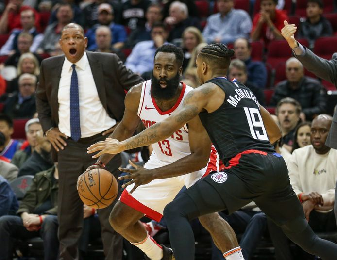 James Harden (13) glipt langs Rodney McGruder (19).