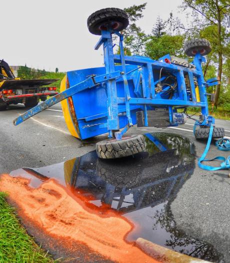 Takelwagen gekanteld in Leende, olie op de weg