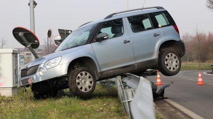 Auto belandt op vangrail