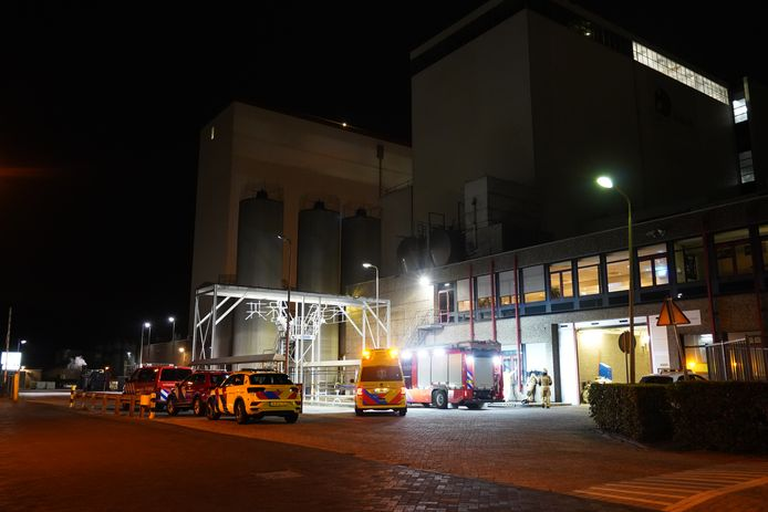 Hulpdiensten rukten vanmorgen in groten getale uit naar het bedrijfspand van Campina in Meppel.
