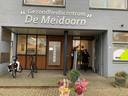 Ook bij de huisartsenpraktijk in Wezep werden bloemen neergezet.