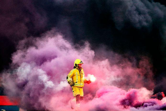 Rookbommen op het veld bij Standard Luik.