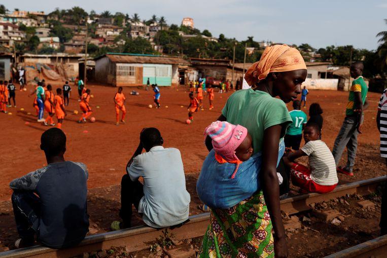 Rails Foot Academy is de eerste voetbalschool in Kameroen alleen voor meisjes, opgericht door sterspeelster Gaëlle Enganamouit. Beeld Reuters