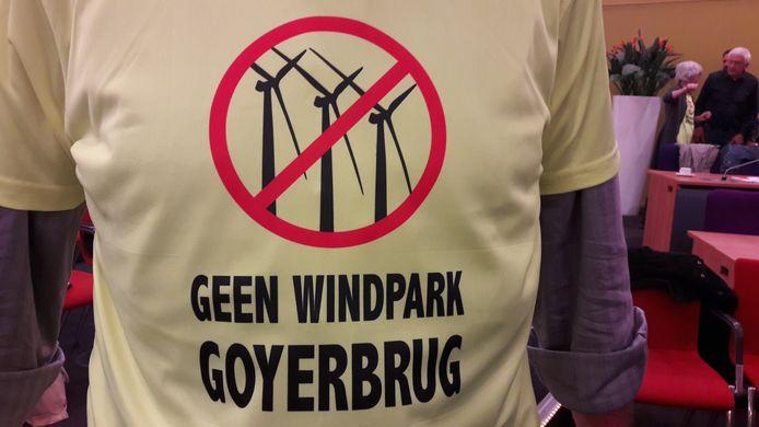 Tegenstanders van Windpark Goyerbrug dragen aan duidelijkheid niets te wensen overlatende T-shirtjes om hun standpunt kracht bij te zetten.