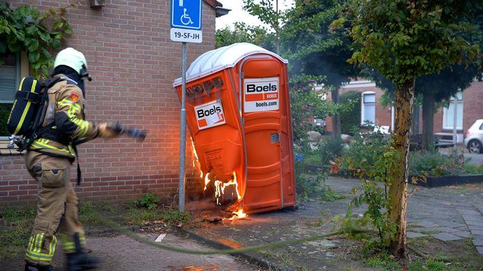 Een Dixi aan de Moerbeistraat in brand.