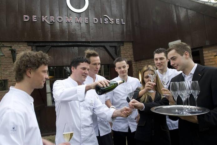 Chef-kok Tonny Berentsen van De Kromme Dissel in Heelsum schenkt champagne met zijn team.