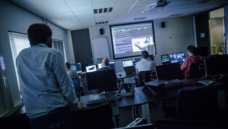 Het bedrijf Fox-IT wordt het Defensie Cyber Commando, een groep van circa dertien militairen-hackers, opgeleid. Fox-IT is gespecialiseerd in het opsporen van spionerende overheden. Beeld Julius Schrank