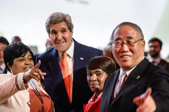 John Kerry (links) en Xie Zhenhua (rechts) eerder in Parijs.