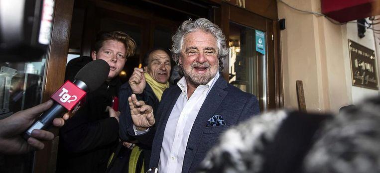 Beppe Grillo verlaat het Forum Hotel na een bijeenkomst met activisten van M5S (Vijfsterrenbeweging). Beeld epa