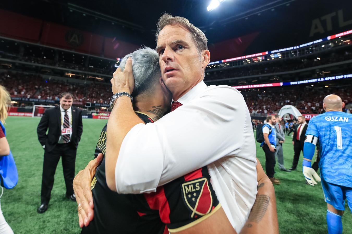 Met Atlanta United won Frank de Boer in augustus 2019 de beker. Reden voor een knuffel met Josef Martínez.