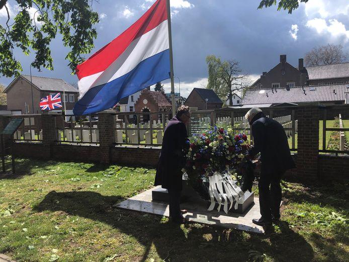 Burgemeester Henk Hellegers (links) en voorzitter Henri van Maasakkers leggen de krans bij het oorlogsmonument in Uden.