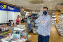 Ronald Nagtzaam van de Primera in Zevenbergen, alleen open voor pasfoto's, stomerijwerk en pakketjes. Boeken mogen niet worden verkocht vanuit de winkel, maar weer wel online.