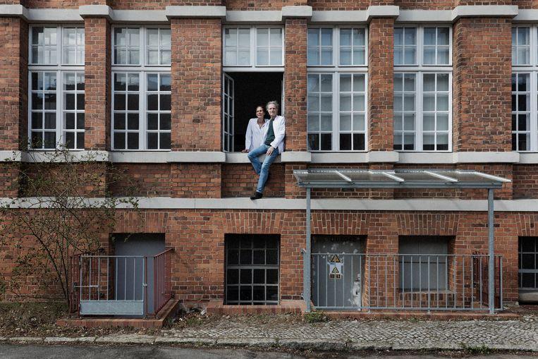 Olfert en zijn vrouw Constanze Land zitten in het raam van hun laboratorium in Berlijn. Beeld Daniel Rosenthal / de Volkskrant