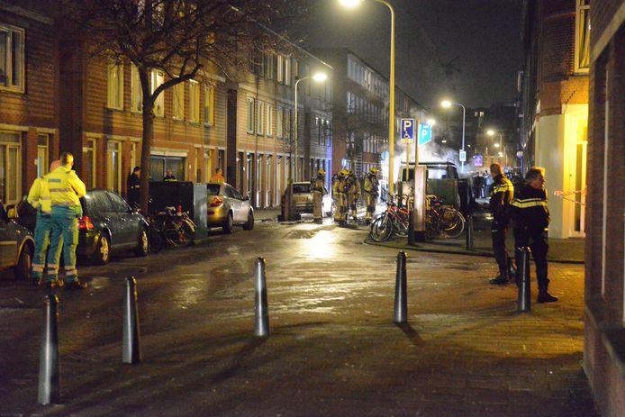 Twee auto's in brand in de Haagse Schilderswijk.