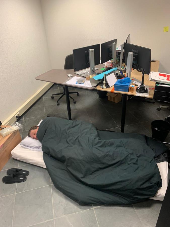 Leander van Lieshout op zijn matras op kantoor.