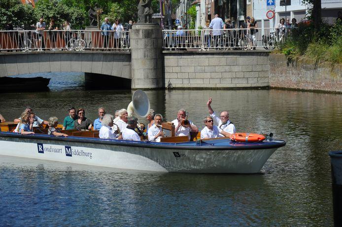 De rondvaartboot in Middelburg met aan boord een jazzorkest.
