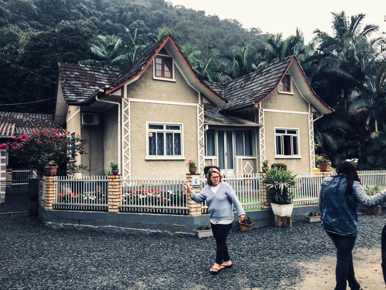 Een vriendin zwaait naar Margrit Klabunde (rechts), de voorzitter van de dorpsvereniging van Vila Itoupava.  Beeld Marlena Waldthausen