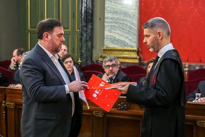 Oriol Junqueras samen met zijn advocaat tijdens het proces. Hij kreeg vandaag 13 jaar cel.