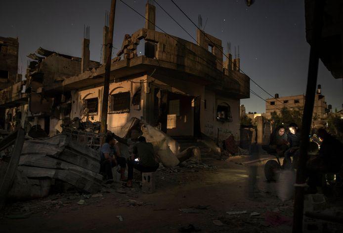 Palestijnen moeten de nacht buiten doorbrengen nadat hun huizen vernield werden door Israëlische raketaanvallen. Naar schatting 74.000 mensen raakten ontheemd.