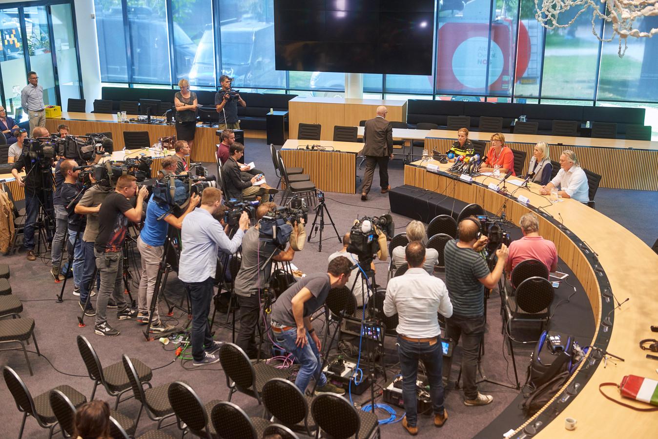 Ruime aandacht van de pers voor de persconferentie over het spoordrama.