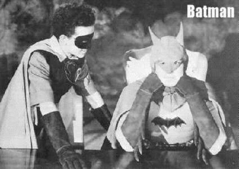 Lewis G Wilson (rechts), in de eerste 'Batman'-reeks uit 1943.