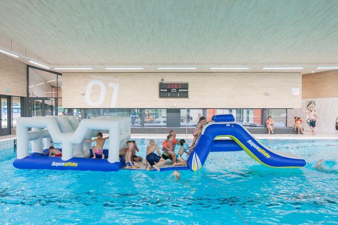 Recreatiezwemmen en lekker ravotten - zoals hier in het najaar van 2015 - is vanwege corona voorlopig niet mogelijk in zwembad IJsselslag in Zutphen.