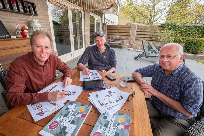 Puzzelboekmakers  Arno van Hout, Rob Smits en Wim Verbruggen (vlnr) in Mill hebben een puzzelboek gemaakt over hun eigen gemeente Mill en St. Hubert . Alle inwoners hebben in tussen een exemplaar ontvangen.