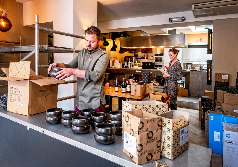 Tommy Janssen en Vera Voorend werken hard aan de opening van hun restaurant Maeve in Utrecht. Beeld Raymond Rutting / de Volkskrant