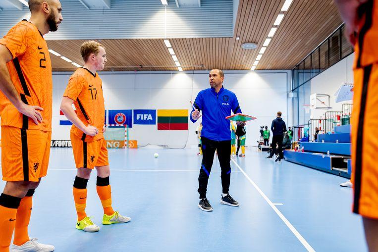 Bondscoach Tjaden instrueert zijn spelers in de oefeninterland tegen Litouwen. Beeld KNVB