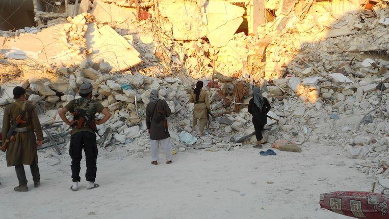 Nederlandse jihadstrijders bezochten vrijdag de plek in de buurt van Aleppo, waar twee weken geleden een scudraket insloeg. Bij de aanslag zijn zo'n honderd burgers omgekomen. De foto's zijn gisteravond aan de Volkskrant gemaild door Abu Fidaa, woordvoerder van de Nederlandse Syriëgangers. Beeld de Volkskrant.
