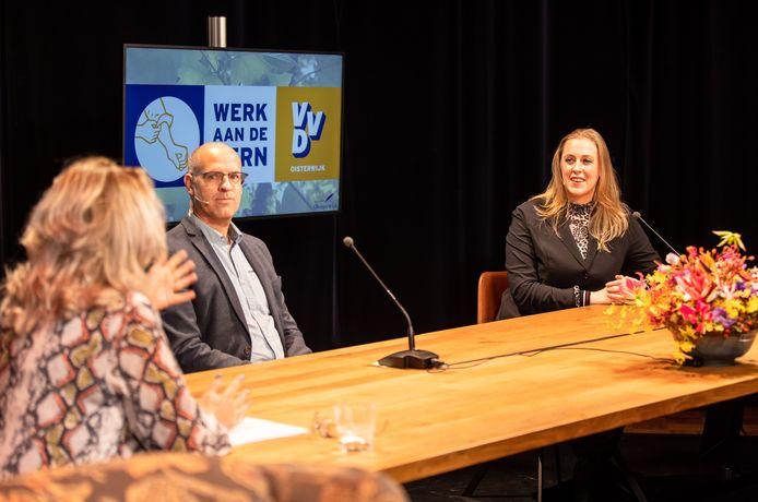 Carlo van Esch (PGB) en Anne Cristien Spekle (VVD) bespreken op de verkiezingsavond de uitslag.