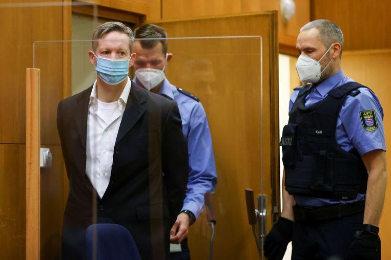 Stephan Ernst wordt voorgeleid in de rechtbank. Beeld AFP