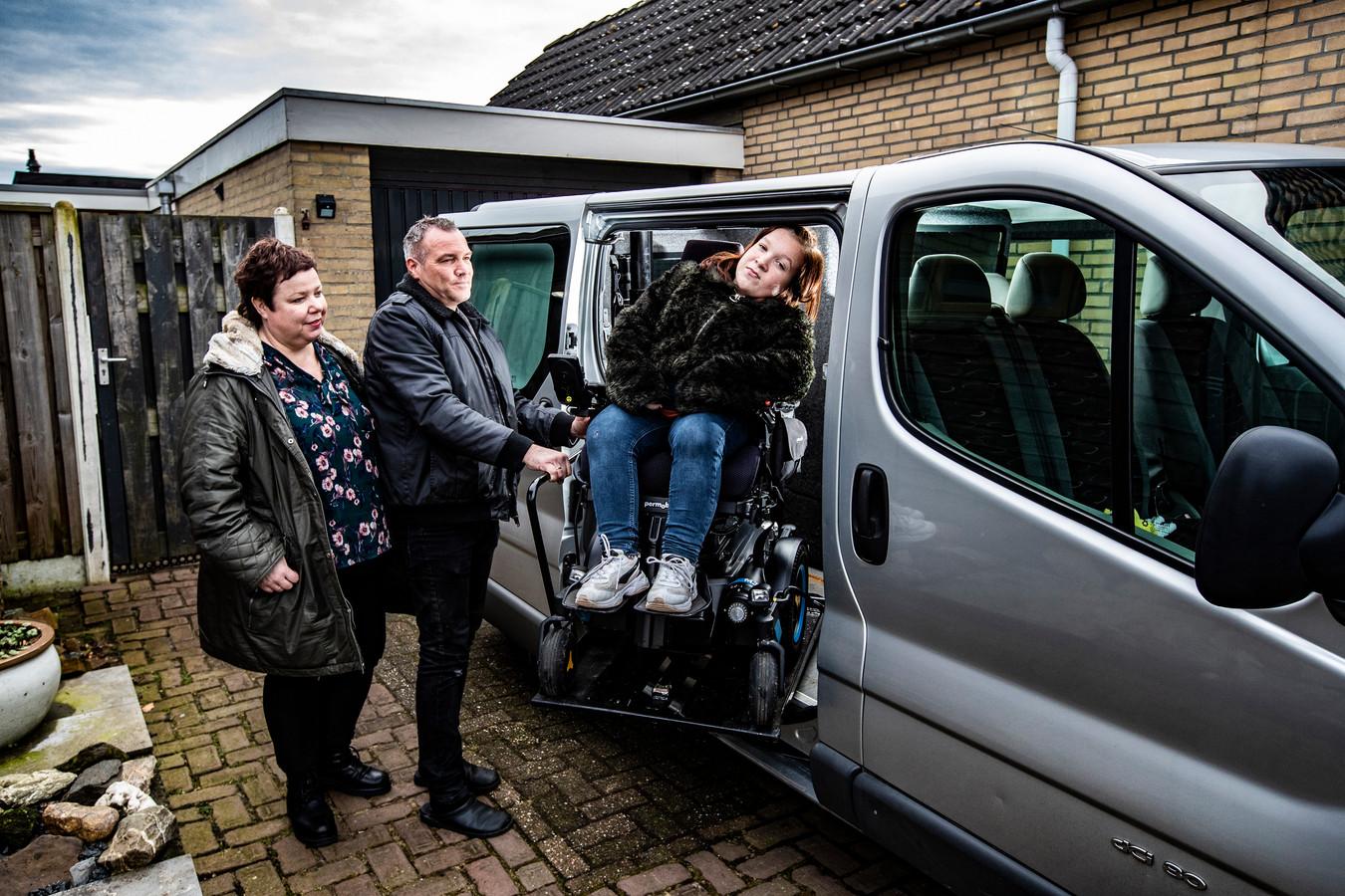 Mirte (15) uit Wesepe kan amper in haar oude en krakkemikkige rolstoelbus komen. Ouders Bianca en Martin Dijkslag zijn een inzameling begonnen voor een nieuwe, grotere bus.