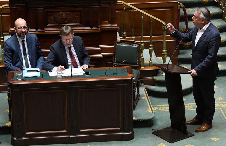 Premier Michel (MR, l.) en Kamerlid Patrick Dewael (Open Vld, r.)  tijdens het debat over de grondwet. Beeld Photo News