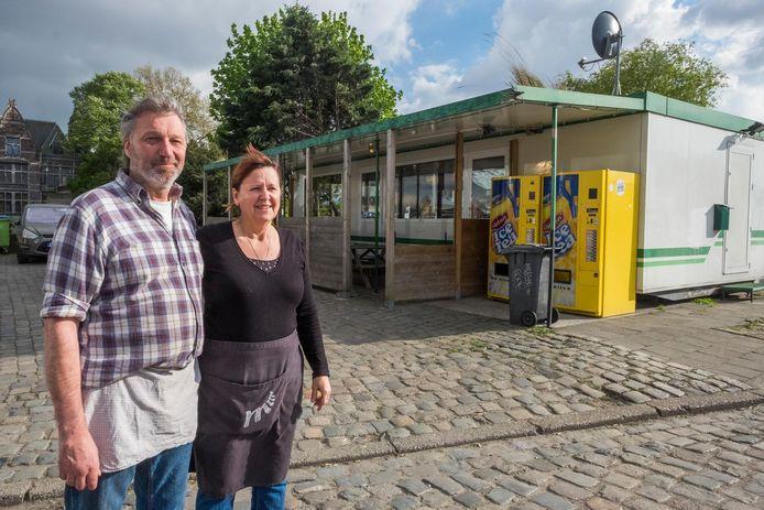 Uitbaters Marc en Martine voor hun frituur aan het Noordkasteel.