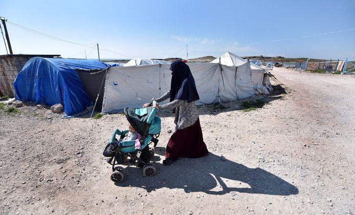 Hoogstwaarschijnlijk Ilham B. loopt op 24 februari 2019 met haar twee kinderen door detentiekamp Al Roj in het noordoosten van Syrië.