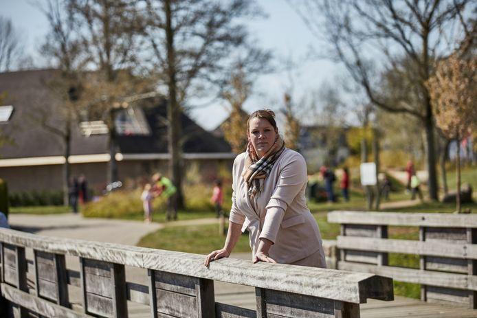 Debby de Jong-Vieberink van dansstudio Vieberink gaat zelf een oplossing bieden aan de jongeren die in het park achter haar dansschool rondhangen. Ze wil een jeugdhonk openen in haar dansschool.